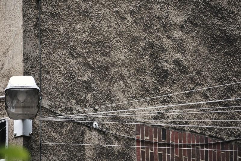 Linien vor einer Mauer