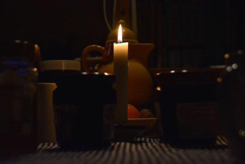 Frühstückstisch bei Kerzenschein